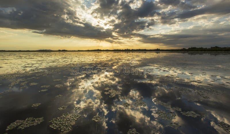 Réflexion orageuse sinistre de ciel au-dessus de lac naturel photographie stock