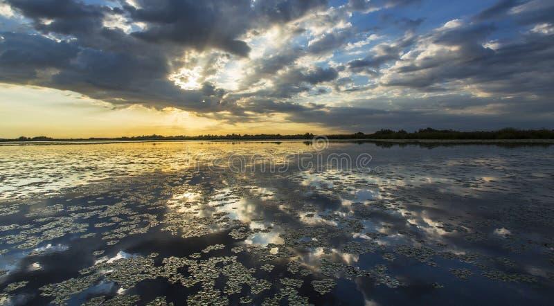 Réflexion orageuse sinistre de ciel au-dessus de lac naturel photographie stock libre de droits