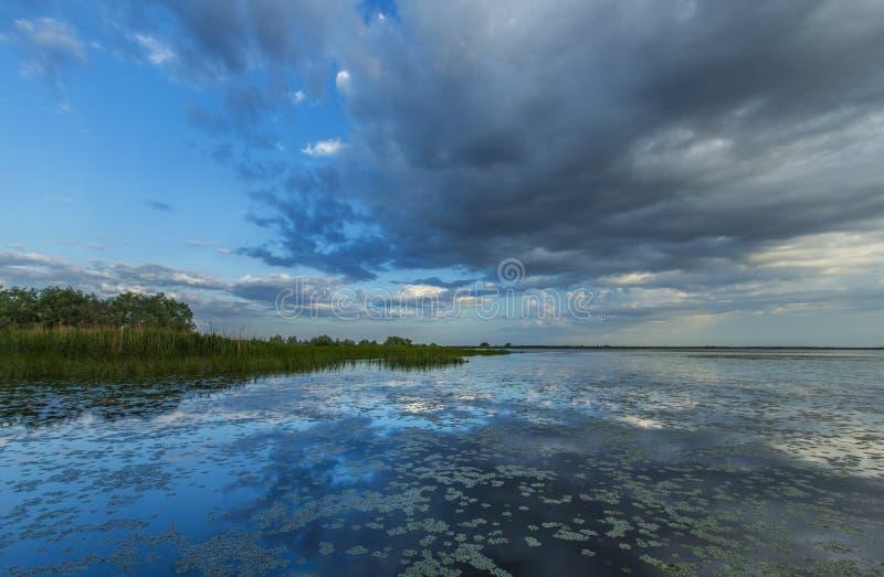 Réflexion orageuse sinistre de ciel au-dessus de lac naturel photos libres de droits
