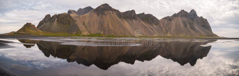 Réflexion panoramique de la montagne de Vestrahorn à la péninsule de Stokksnes en Islande photographie stock libre de droits