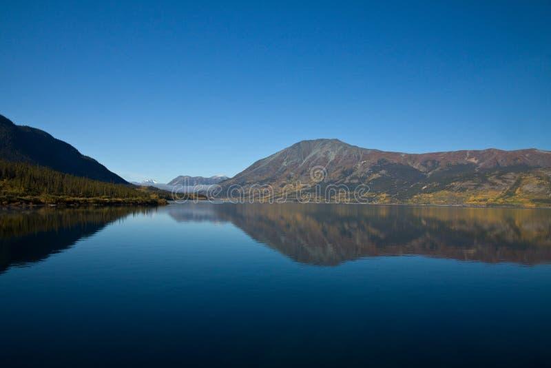 Réflexion parfaite de lac d'automne, Carcross, le Yukon photo libre de droits
