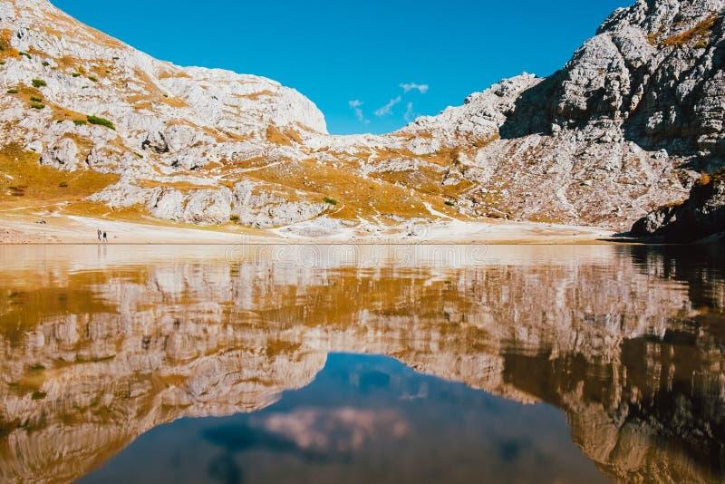 Réflexion parfaitement symétrique dans le lac propre de montagne dans les alpes italiennes avec l'eau transparente claire et le c images libres de droits