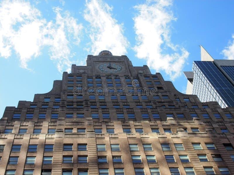 Réflexion qui illumine un gratte-ciel image libre de droits