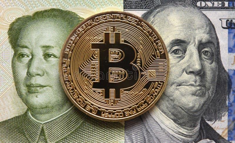 réflexion réelle d'argent de maison de patrimoine de concept Yuans chinois, Bitcoin et cent dollars photos libres de droits