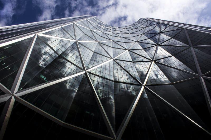 Réflexion spectaculaire de nuage sur un édifice haut à Calgary, Alberta, Canada photos stock
