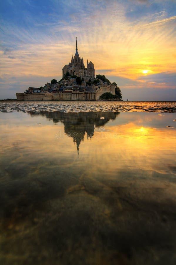 Réflexion verticale le Mont Saint-Michel photographie stock libre de droits
