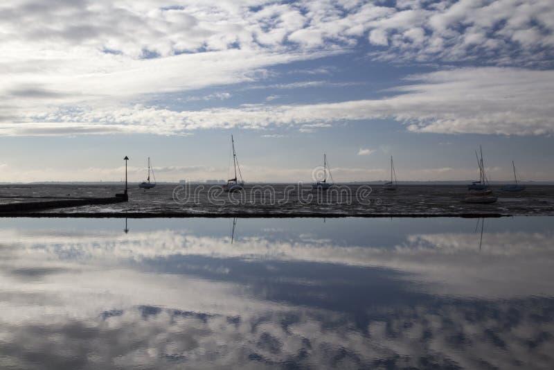 Réflexions à la Leigh-sur-mer, Essex, Angleterre photos libres de droits