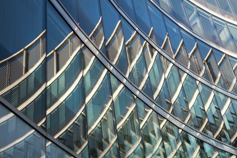 Réflexions abstraites sur l'immeuble de bureaux photographie stock libre de droits