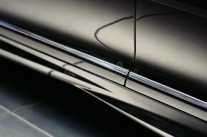 Réflexions abstraites sur la portière de voiture noire de luxe images libres de droits