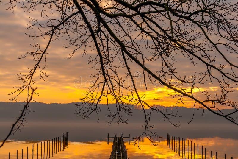 Réflexions aliénées de nuage au fjord de Vejle images libres de droits