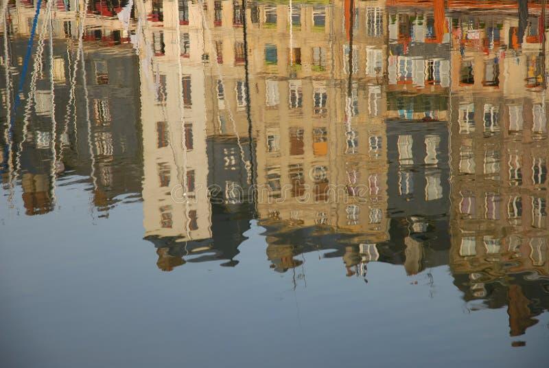 Réflexions architecturales abstraites dans l'eau calme image libre de droits