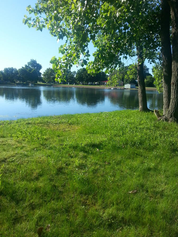 Réflexions campantes d'arbres de l'Ohio de lac photographie stock