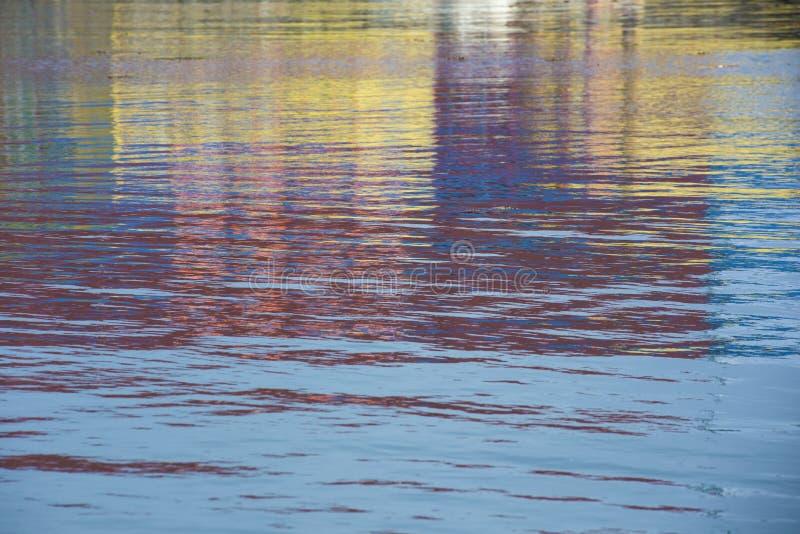 Réflexions colorées de l'eau photographie stock libre de droits