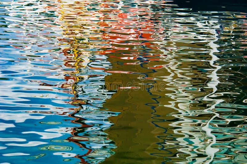 Réflexions colorées sur l'eau de mer - beau fond de l'eau, Norvège, mer de Norvège, éloge de couleurs image stock