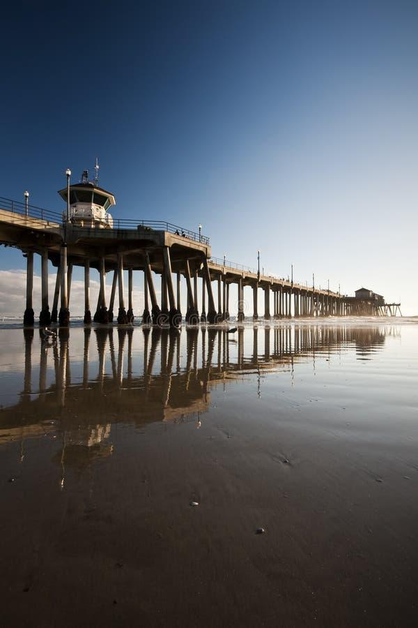 Réflexions d'après-midi de pilier de Huntington Beach au loin photographie stock