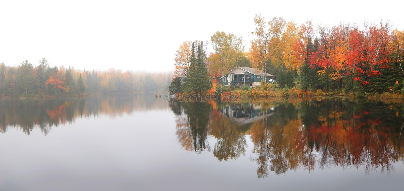 Réflexions d'arbre d'automne dans le lac photographie stock libre de droits