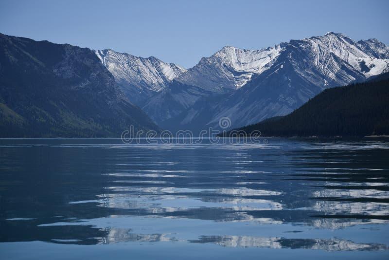 Réflexions d'un lac alpin photo stock