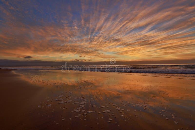 R?flexions d'un lever de soleil d'or magnifique images libres de droits
