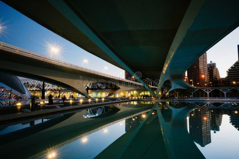 Réflexions dans l'eau après coucher du soleil dans la ville de l'art et de la science Valence, Espagne photos stock