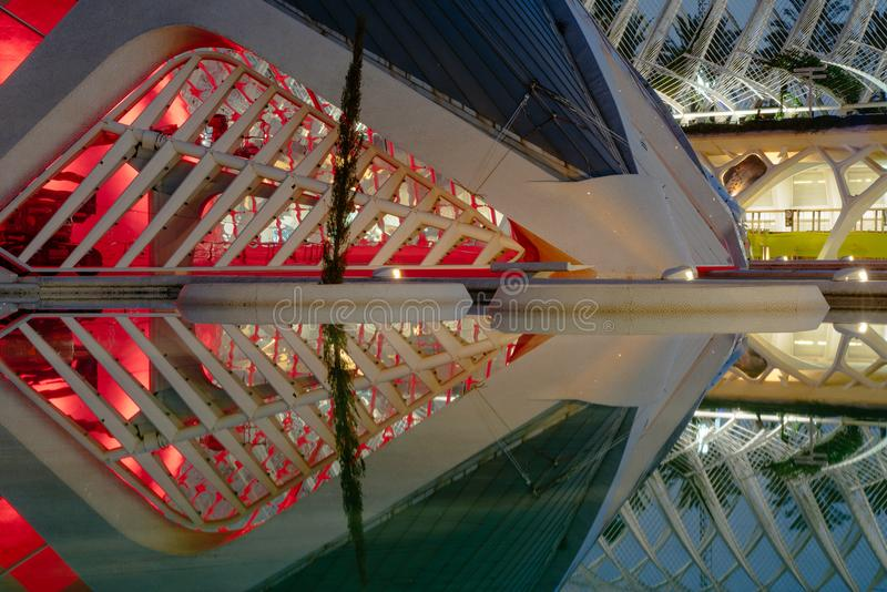 Réflexions dans l'eau après coucher du soleil dans la ville de l'art et de la science Valence, Espagne images libres de droits