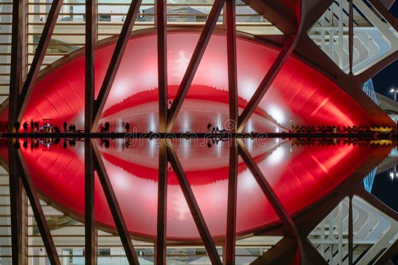 Réflexions dans l'eau après coucher du soleil dans la ville de l'art et de la science Valence, Espagne photographie stock