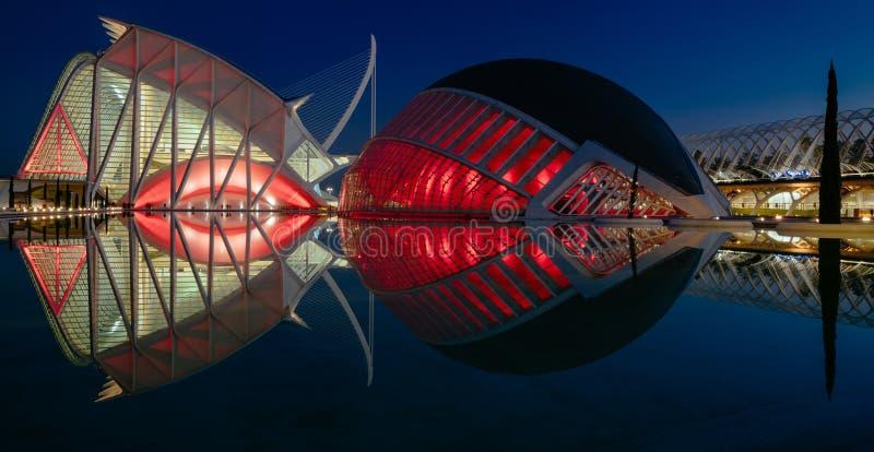 Réflexions dans l'eau après coucher du soleil dans la ville de l'art et de la science Valence, Espagne photos libres de droits