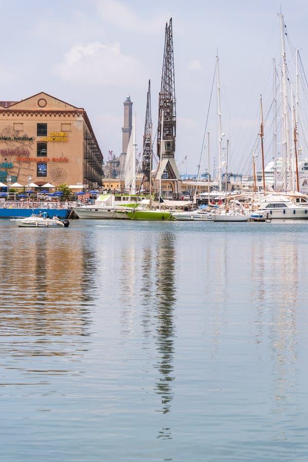 Réflexions dans l'eau des bâtiments et des grues de port de Porto Antico à Gênes, Ligurie, Italie, Europa photographie stock