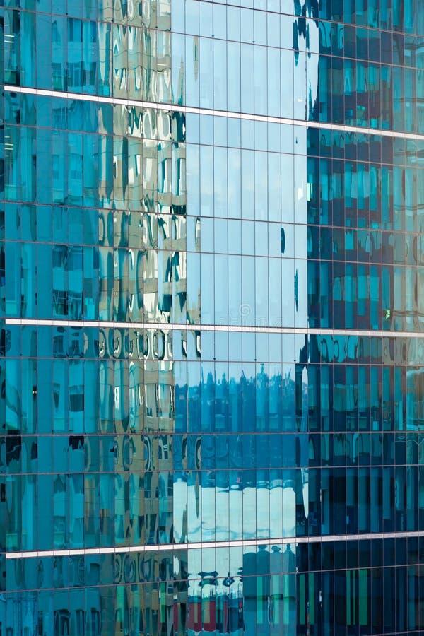 Réflexions dans la façade à murs verrés moderne de construction photo libre de droits