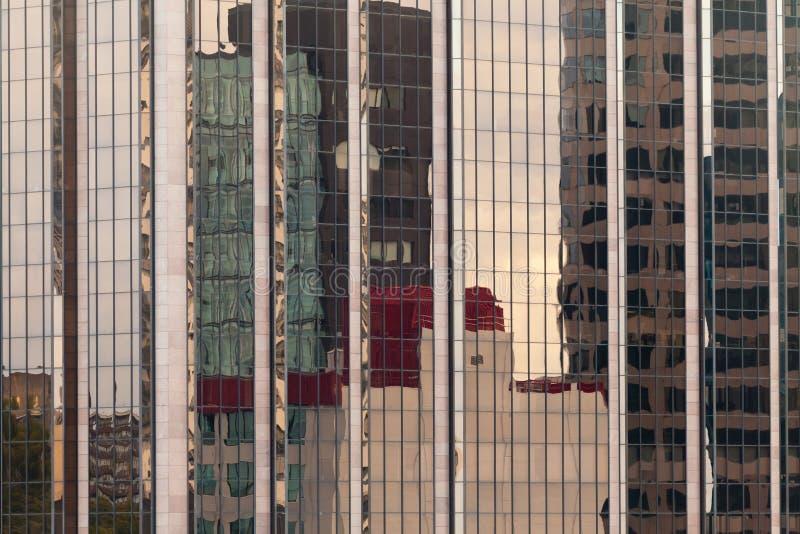 Réflexions dans la façade à murs verrés moderne de construction image libre de droits