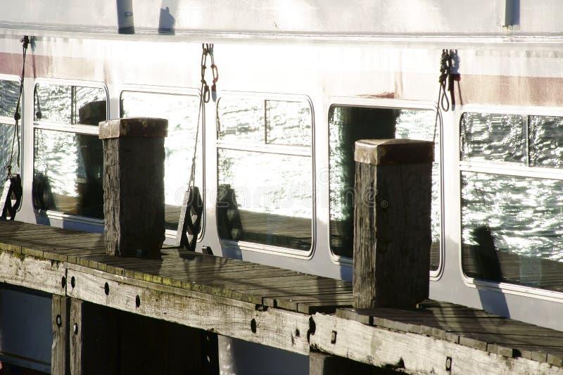 Réflexions dans la fenêtre de bateau images stock