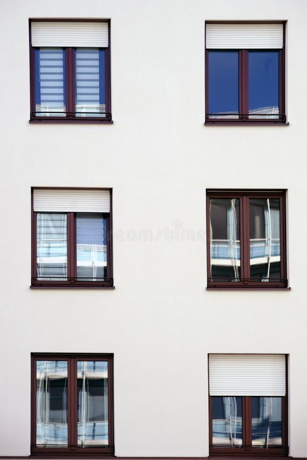 Réflexions dans les fenêtres d'un bâtiment résidentiel image libre de droits