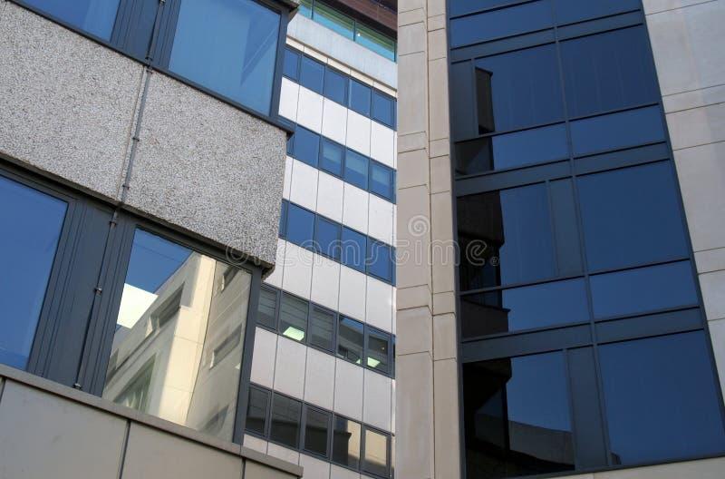 Réflexions dans les fenêtres d'un groupe de grands immeubles de bureaux modernes dans un quartier d'affaires de la ville images libres de droits