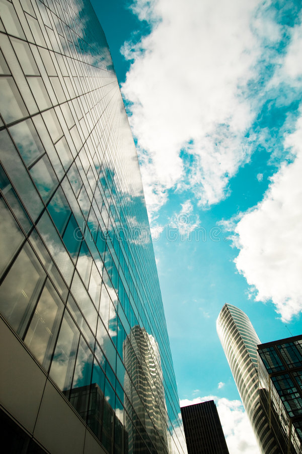 Réflexions dans les gratte-ciel photos stock