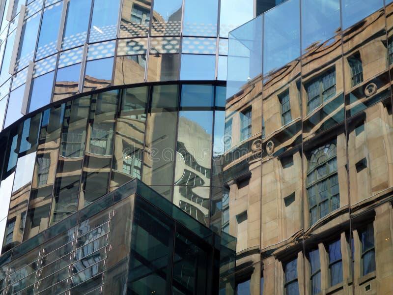 Réflexions de bâtiment dans des vitraux photos libres de droits
