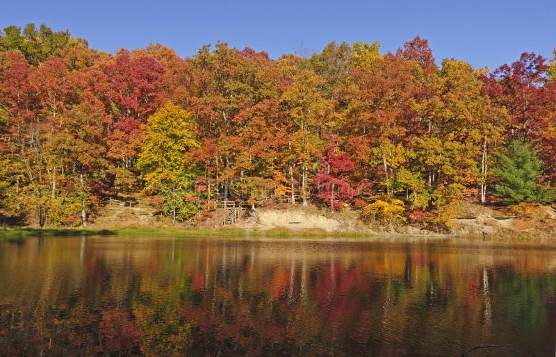 Réflexions de chute sur un lac tranquille photographie stock libre de droits