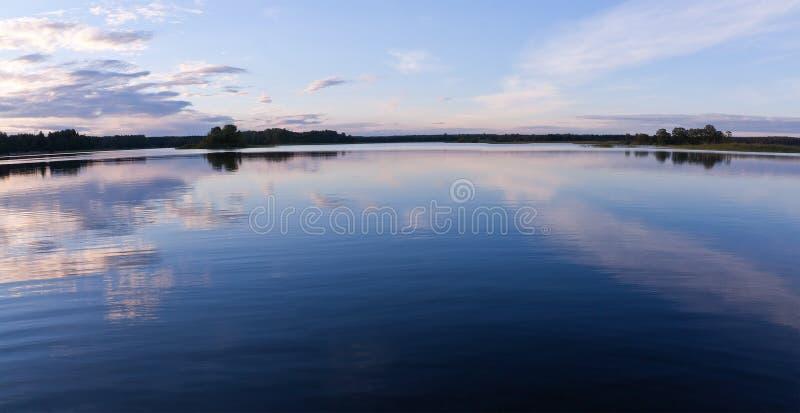Réflexions de ciel de l'eau de lac image stock