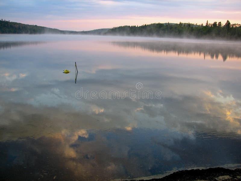 Réflexions de ciel de matin images libres de droits