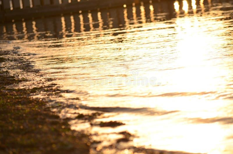 Réflexions de coucher du soleil sur la baie image stock