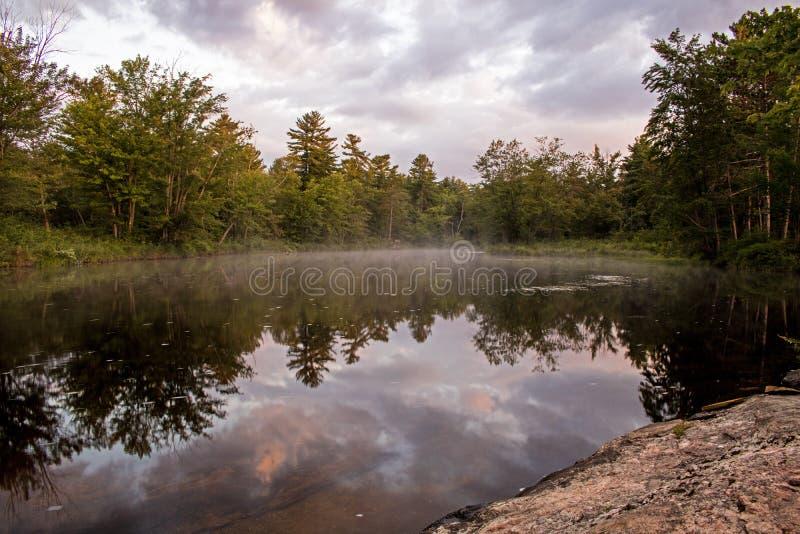 Réflexions de début de la matinée sur la rivière de Mississagua photos libres de droits