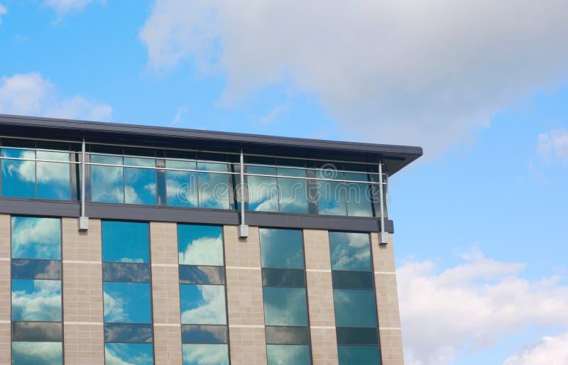 Réflexions de fenêtre de bâtiment moderne et de ciel nuageux image stock