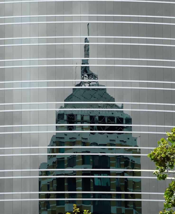 Réflexions de gratte-ciel sur un gratte-ciel image stock