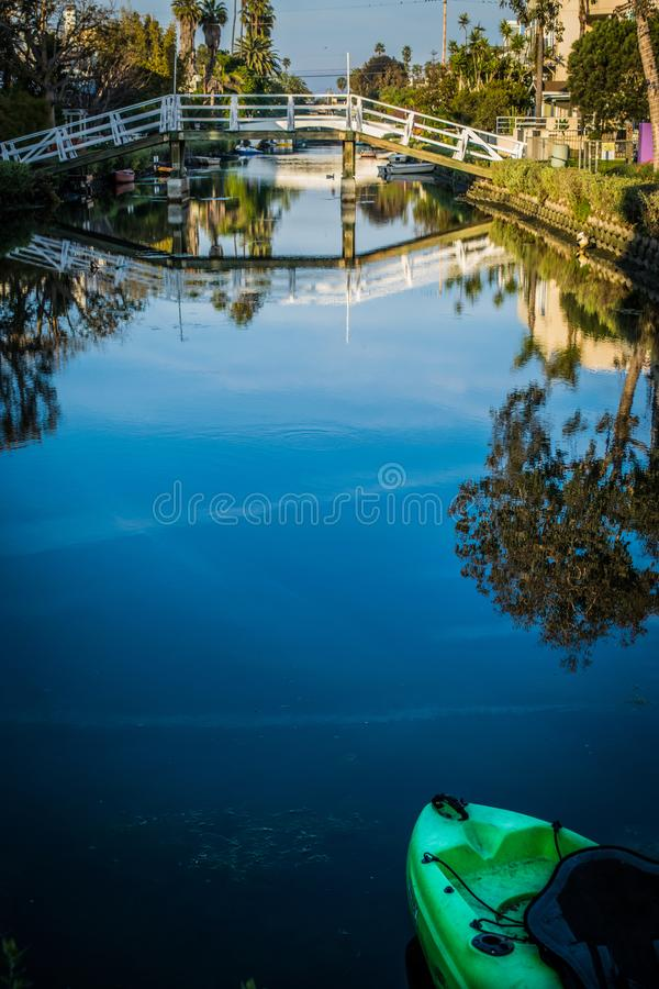 Réflexions de l'eau de pont arqué au-dessus des canaux de Venise en Californie images libres de droits