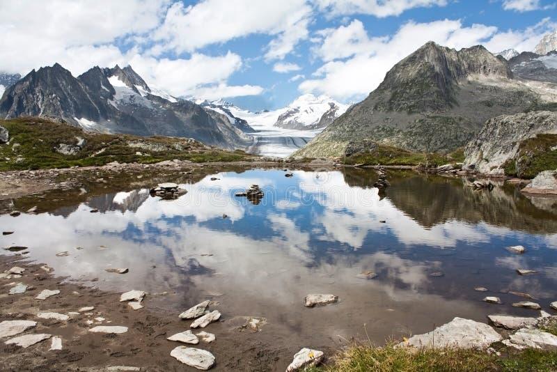 Réflexions de lac avec des montagnes photo stock