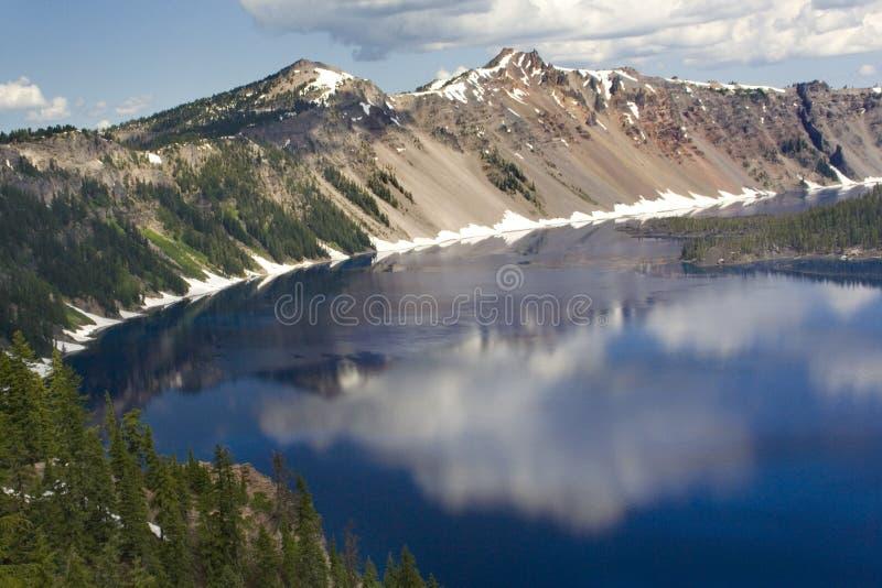 Réflexions de lac crater image stock