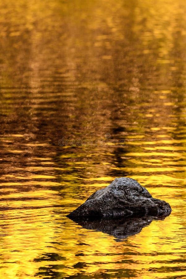 Réflexions de lac d'automne de roche et d'or image stock