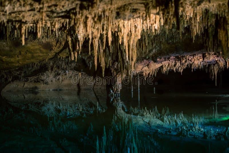 Réflexions de lac rêveur chez Luray Caverns photos stock