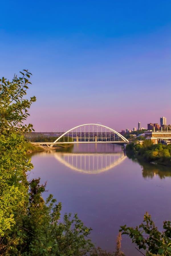 Réflexions de lever de soleil de pont de Walterdale image stock