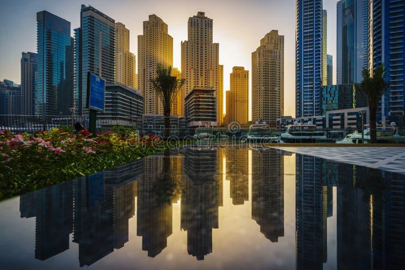 Réflexions de marina de Dubaï au coucher du soleil 2 photographie stock libre de droits