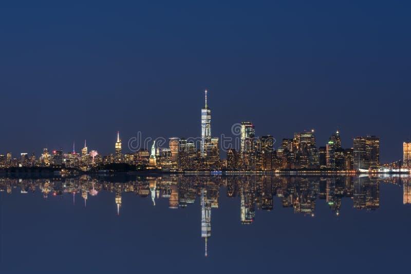 Réflexions de miroir d'horizon de New York City image stock