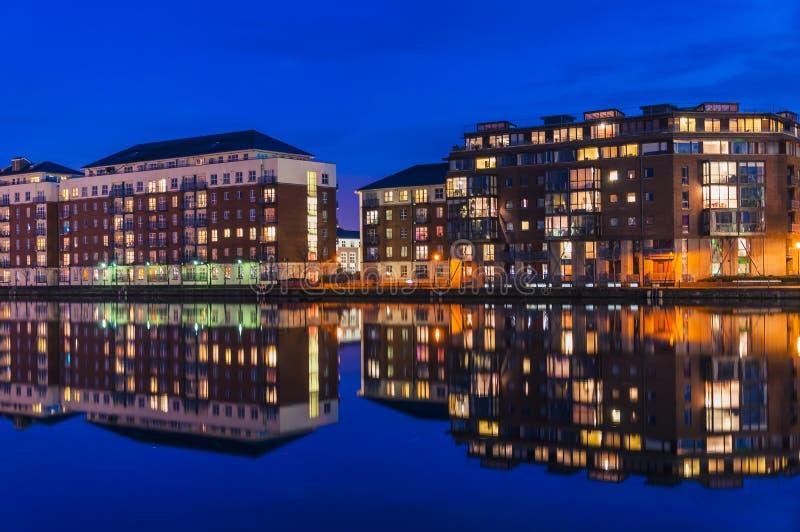 Réflexions des appartements sur Dublin Docklands pris la nuit photographie stock
